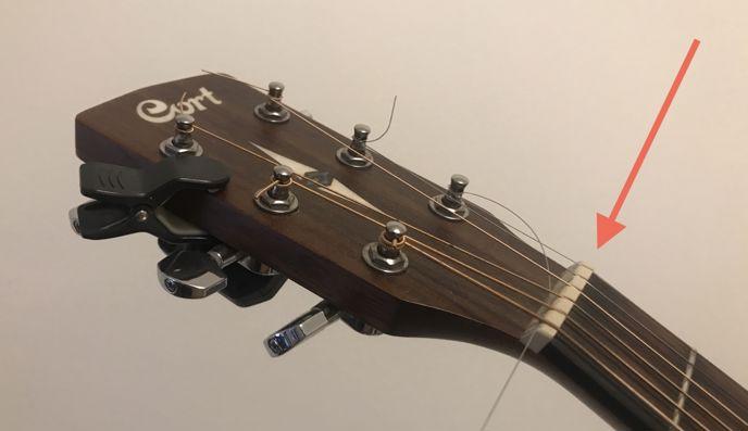 Nultý pražec na akustické kytaře Cort.