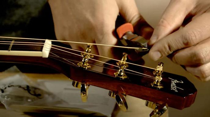 Výměna strun na akustické kytaře.